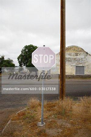 Panneau d'arrêt fanée au coin, Marfa, Presidio County, West Texas, Texas, États-Unis