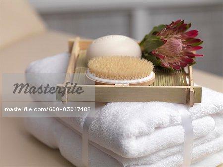 Handtücher mit Seife und Bürste auf Tablett