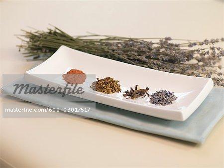Getrocknete Blätter, Wurzeln und Gewürze in Schale