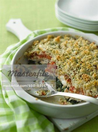 Gebackene Zährte Auflauf mit Paniermehl, Tomaten und Spinat