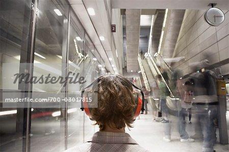 Femme portant un casque protecteur dans la Station de métro