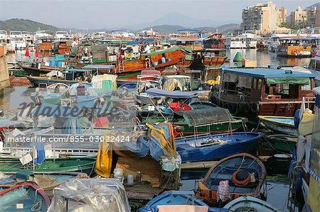 Bateaux de pêche d'ancrage au quai de Sai Kung, Hong Kong