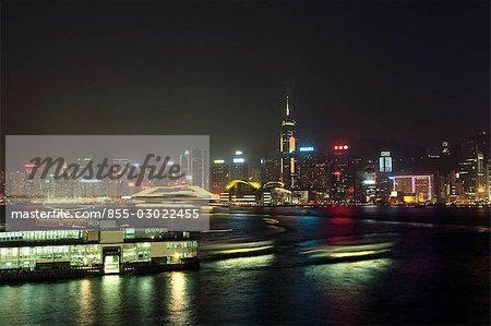 Cruiser et le Star Ferry à Victoria Harbour, Hong Kong