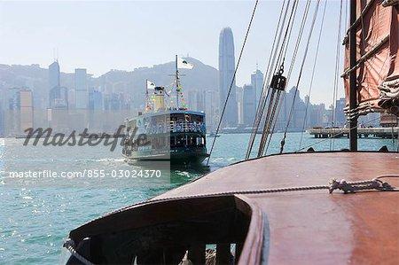 Chinois junk Dukling et Star Ferry dans le port de Victoria