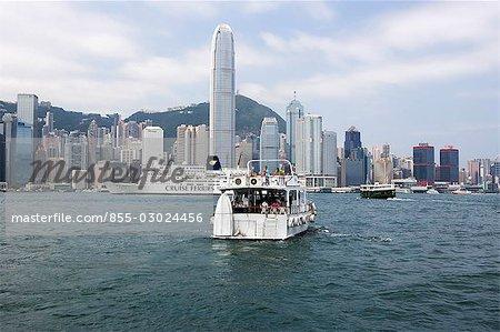 Skyline central de Kowloon avec un navire de lancement et croisière dans le port, Hong Kong