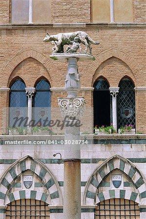 Statue de Romulus et Remus dans la Piazza del Duomo, Sienne, Toscane, Italie, Europe