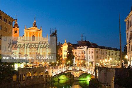 Église de l'Annonciation et Triple pont franchissant la rivière Ljubljanica, Ljubljana, Slovénie, Europe