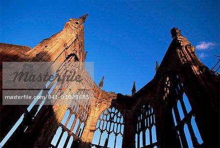 Ruines de la cathédrale dans la lumière du soir, Coventry, West Midlands, Angleterre, Royaume-Uni, Europe