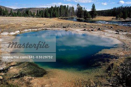Black Opal printemps, Biscuit Basin, Parc National de Yellowstone, l'UNESCO World Heritage Site, Wyoming, États-Unis d'Amérique, l'Amérique du Nord