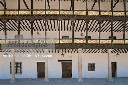 Colonnes et véranda sur un bâtiment sur la Plaza Mayor à Tembleque en Castille la Mancha (Castilla la Mancha), Espagne, Europe