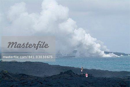 La vapeur de panaches de lave chaude qui coule sur la plage et en appuyant sur l'océan, le volcan Kilauea, Hawaii Volcanoes National Park, patrimoine mondial de l'UNESCO, l'île d'Hawaii (« grande île »), Hawaii, États-Unis d'Amérique, Amérique du Nord