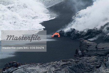 Lave chaude qui coule sur la plage et dans l'océan, le volcan Kilauea, Hawaii Volcanoes National Park, patrimoine mondial de l'UNESCO, l'île d'Hawaii (Big Island), Hawaii, États-Unis d'Amérique, Amérique du Nord