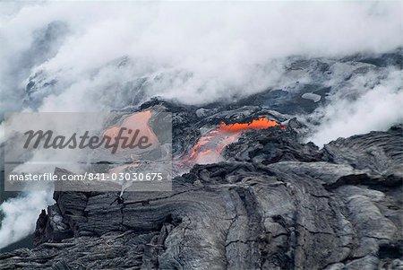 La vapeur de panaches de lave chaude qui coule sur la plage et dans l'océan, le volcan Kilauea, Hawaii Volcanoes National Park, patrimoine mondial de l'UNESCO, l'île d'Hawaii (Big Island), Hawaii, États-Unis d'Amérique, Amérique du Nord