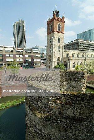Europe romaine et médiévale de mur et de l'église, le Barbican, Londres, Royaume-Uni,