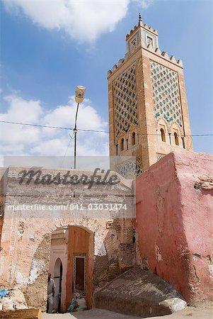 Bab Debbagh, une des portes de la ville de Marrakech et la mosquée, Marrakech, Maroc, l'Afrique du Nord, Afrique