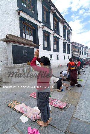 Adorateur, Temple de Jokhang, la plus vénérée structure religieuse du Tibet, Lhassa, Tibet, Chine, Asie