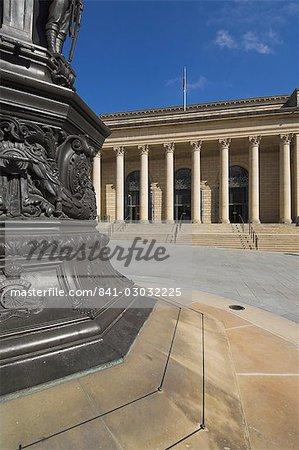 Monument aux morts et la façade de la mairie, piscine aboyeurs, Sheffield, Yorkshire, Angleterre, Royaume-Uni, Europe