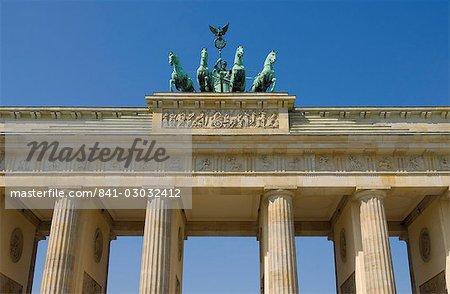 La porte de Brandebourg avec le quadrige à ailes statue de la victoire sur le dessus, Pariser Platz, Berlin, Allemagne, Europe