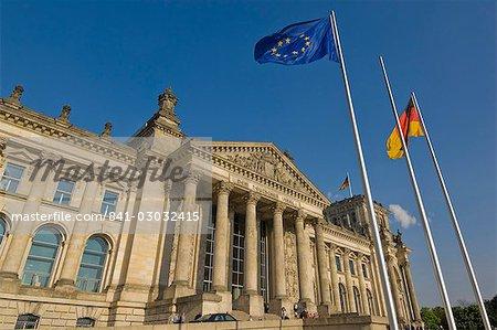 L'Union européenne et allemande nationales drapeaux devant le Parlement Reichstag célèbre bâtiment, Berlin, Allemagne, Europe