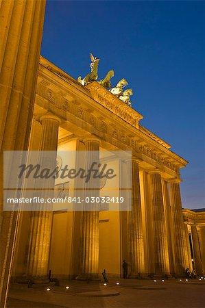 La porte de Brandebourg avec la statue de Victoire ailée de Quadriga dessus éclairée la nuit, Pariser Platz, Berlin, Allemagne, Europe