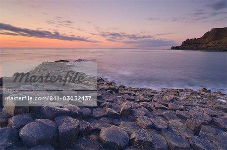Colonnes de basalte hexagonal de la chaussée des géants, patrimoine mondial de l'UNESCO et zone d'intérêt scientifique spécial, près de Bushmills, comté d'Antrim, Ulster, Irlande du Nord, Royaume-Uni, Europe