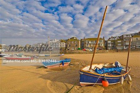 Formation des nuages étranges tôt le matin avec des petits bateaux Cornish à marée basse dans le port de St. Ives, Cornwall, Angleterre, Royaume-Uni, Europe