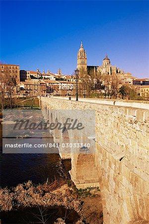 Le pont romain et la ville de la rivière Tormes, Salamanque, Castille León, Espagne, Europe