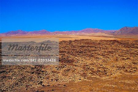 Paysage volcanique avec les volcans en arrière-plan près de Tiscamanita, Fuerteventura, îles Canaries, Espagne