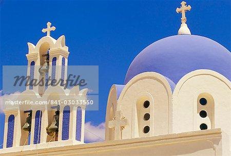 Clocher bleu et blanc et le dôme, l'église chrétienne, Akrotiri, Santorini (Thira), agencées îles, Grèce, Europe, Méditerranée