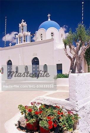 Îles d'église chrétienne orthodoxe et la place, Akrotiri, Santorini (Thira), Cyclades, Grèce, Méditerranée, Europe