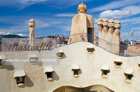 Vue de la terrasse de toit moderniste de Casa Mila de Gaudi, La Pedrera, Barcelone (Catalogne) (Catalunya), Espagne, Europe