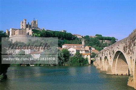 Cathédrale St. Nazaire et la vieille ville sur les bords de la rivière Orb, ville de Béziers, Herault, Languedoc Roussillon, France, Europe