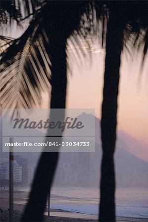 La plage de Copacabana, Rio de Janeiro, au Brésil, en Amérique du Sud