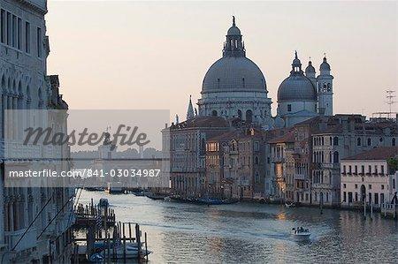Lancement de blanc sur le Grand Canal, Venise, Italie