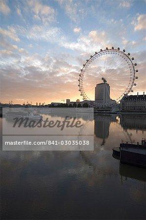 Das London Eye spiegelt sich in dem ruhigen Wasser der Themse in den frühen Morgenstunden, London, England, Vereinigtes Königreich, Europa