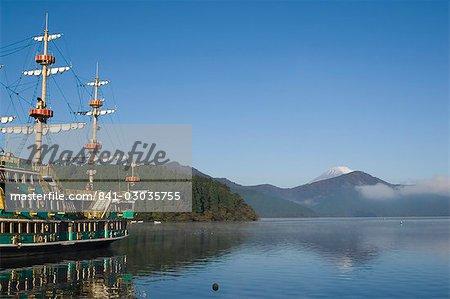 Mont Fuji et bateau de pirate, lac Ashi (Ashiko), Hakone, Kanagawa prefecture, Japon, Asie