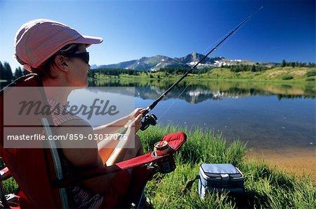 Femme à la pêche en lac