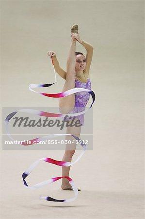 Jeune femme assure la gymnastique rythmique avec ruban