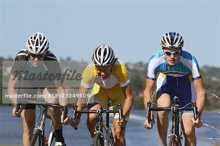 Cyclistes en compétition dans une course sur route