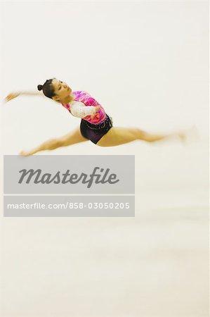Jeune femme assure de gymnastique rythmique