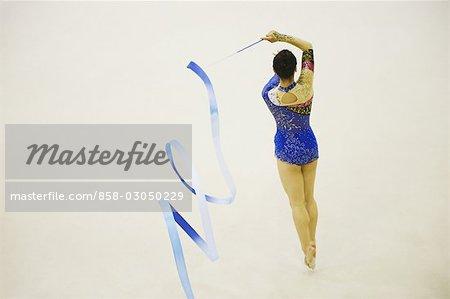 Femme assure la gymnastique rythmique avec ruban