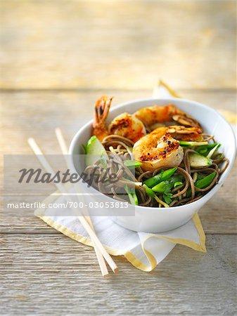Shrimps-Salat mit Zucker Snap Bohnen und Gurken auf Soba-Nudeln