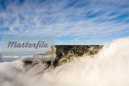 Vue aérienne de la station de câble supérieur sur la falaise au-dessus des nuages, montagne de la Table, Table Mountain National Park, Cape Town, Western Cape, Afrique du Sud