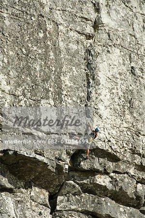 Grimpeur femelle sur la falaise au-dessous de la station de téléphérique, montagne de la Table, Table Mountain National Park, Cape Town, Western Cape Province, Afrique du Sud