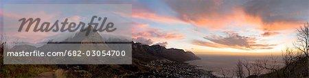 Table Mountain et les douze apôtres, domine la baie de Camps au coucher du soleil, Cape Town, Province du Western Cape, Afrique du Sud