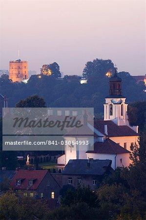 Vue sur la vieille ville et le centre ville avec la tour de Gediminas et l'Eglise orthodoxe russe de la Sainte mère de Dieu, vieille ville, patrimoine mondial de l'UNESCO, Vilnius, Lituanie, pays baltes, Europe