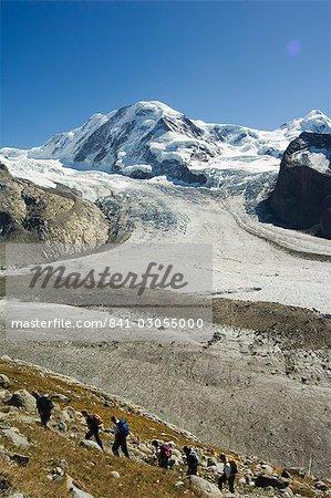 Wanderer, die kurz vor dem Eisstrom des Monte Rosa Gletscher, Alpine Resort Zermatt, Wallis, Schweiz, Europa