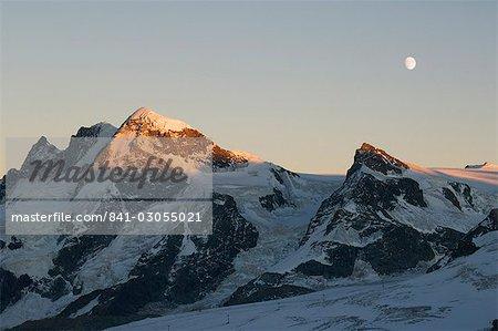 Lever de lune sur le petit Cervin, 3883 et Breithorn 4164m montagnes, station Alpine de Zermatt, Valais, Suisse, Europe
