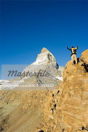Wanderer auf Spuren feiert beim Anblick des Matterhorns, 4477m, Zermatt Alpine Resort, Wallis, Schweiz, Europa