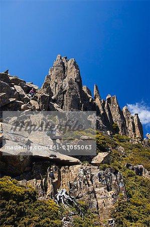Randonnée de sentier et des pics rocheux sur Cradle Mountain sur l'Overland Track, Parc National de Cradle Mountain Lake St. Clair, une partie de nature sauvage de Tasmanie, patrimoine mondial de l'UNESCO, Tasmanie, Australie, Pacifique